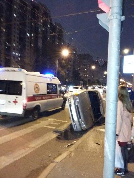 Только что авария на пересечении Ленинского и Кузнецова. Машина на боку у перехода.. слава Богу без ...