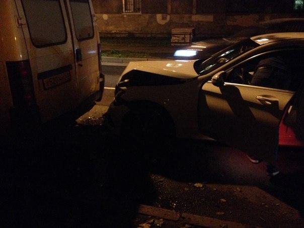 Mercedes впечатался в микроавтобус на улице Александов Матросова в сторону Харченко, все живы служб ...