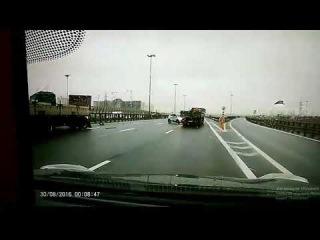 Сегодня утром на КАДе, внутренняя сторона, съезд на Московское шоссе прицеп перекрыл съезд. Новость ...