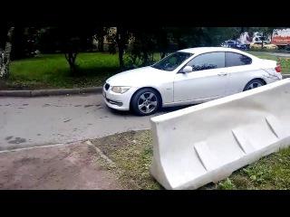 Вот что творили водители во дворах на проспекте Шаумяна-Таллинской.Заснял двоих,но их было сотни.В б...