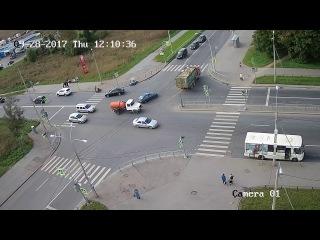 В Красном Селе, водитель легковушки ,выполняя левый поворот с Гатчинского шоссе на Красногородскую у...