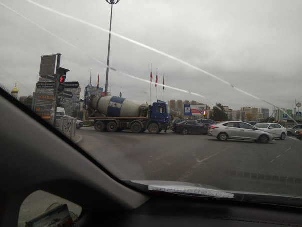 Два любителя проскочить на красный, затрудняют и без этого плотный поток в Кудрово пересечение Ленин...