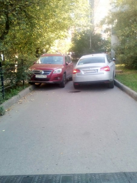 Двое не протиснулись во дворе дома 19 корп3 на Дачном проспекте , Проезда нет, ждут ДПС.