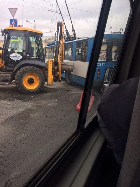 На выезде с площади у Балтийского вокзала трактор обидел троллейбус. Стоим. Пробка скапливается.