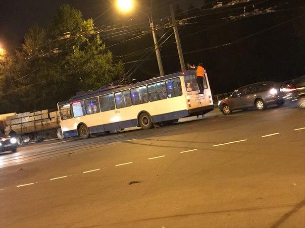 Тройное ДТП устроили легковушка, грузовик и троллейбус на перекрёстке Светлановского Тихорецкого про...