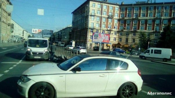 Новочеркасский Заневский снесли светофор БМВ въехала в Ваз только что , собирается пробка