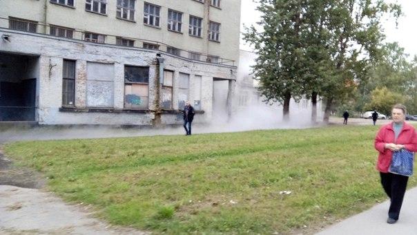 Прорыв трубы на улице Бабушкина у дома 121,