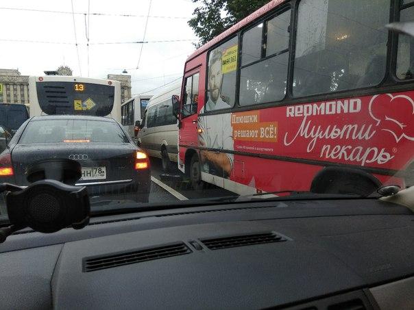Батл из трёх маршруток на Ленинском проспекте(рядом с московской).